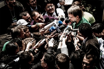 Mockus mobbed by press_print